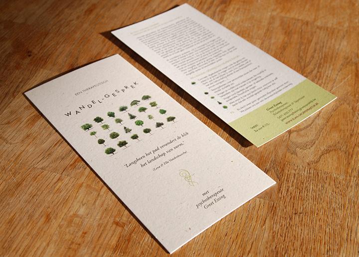 Ontwerp kaart/flyer 'Een Therapeutisch Wandelgesprek' met psychotherapeute Greet Essing, gedrukt op graspapier (gemaakt van gras met een mooie natuurlijke uitstraling & zichtbare grasvezel).
